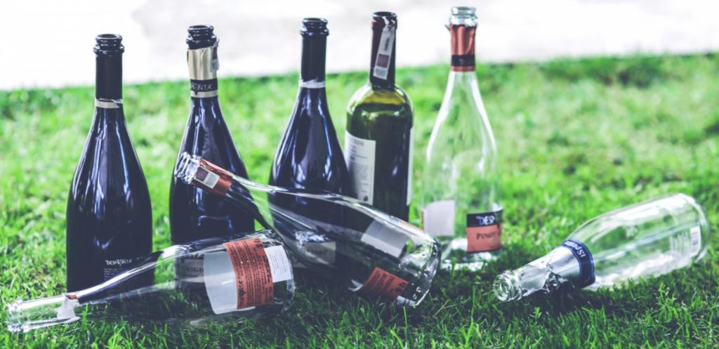 Бутылки из-под алкоголя на газоне